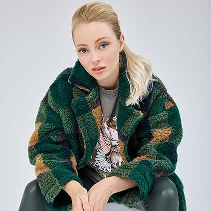 Die Jacke aus Fake Fur in Erdtönen von Amanat GmbH ist perfekt für den Herbst.